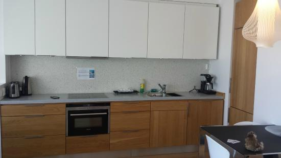 Bryggen Panorama Suites: Full kitchen with seating for 4 in the one bedroom apt