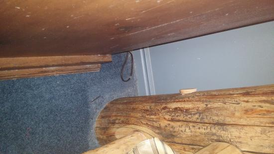 Alaskan Inn: Dirty baseboard next to bed/nightstand.