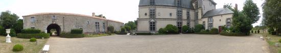 Avrillé, France: La cour du château