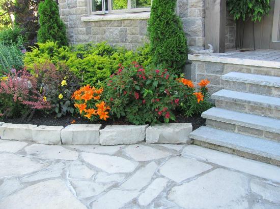 Miller Lake, Kanada: Front entrance gardens