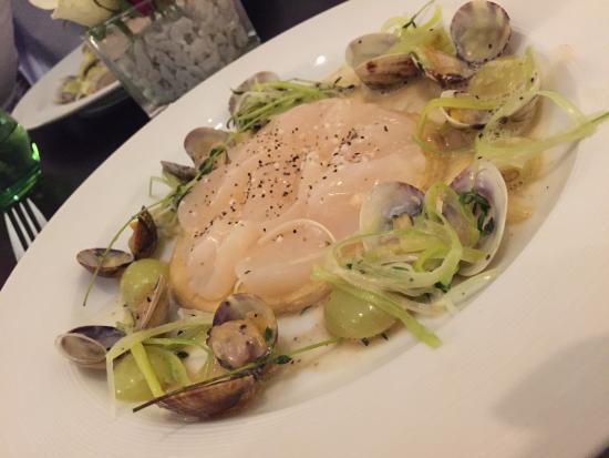 Le Bouchon: Jakobsmuschel-Tatre mit Venusmuscheln, Trauben und Hummersauce