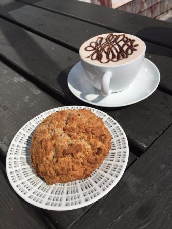 LaHave, แคนาดา: Hot chocolate and a scone