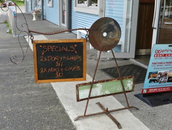 Raglan Fish : The fish points the way