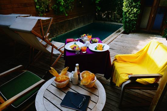 Tango Luxe Beach Villa: Breakfast served in our courtyard