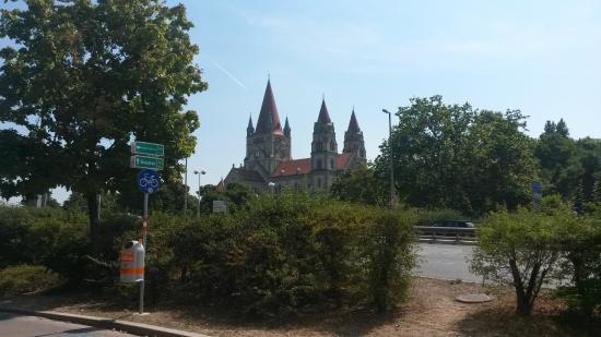 Trinitarierkirche zum Heiligen Franz von Assisi: Вид издалека