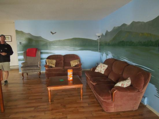 North Coast Trail Backpacker's Hostel : The shared living room in the private room section.