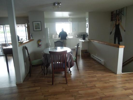 North Coast Trail Backpacker's Hostel : The kitchen and dining area in the shared private room section.