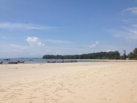 Nai Yang Beach Resort and Spa : Пляж. Справа и слева от отеля можно найти убранный пляж.