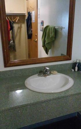 Samesun Banff: 여성 6인실 방안에 있는 화장실 들어가기 전 세면대