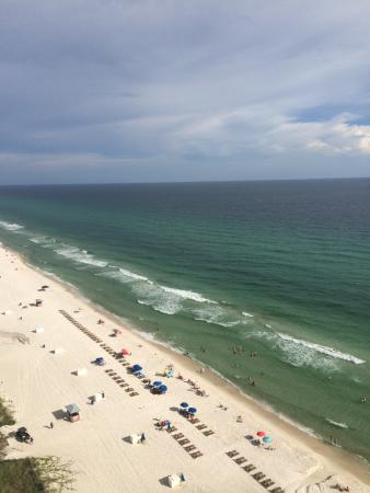 Emerald Isle Resort and Condominiums: Looking down the beach