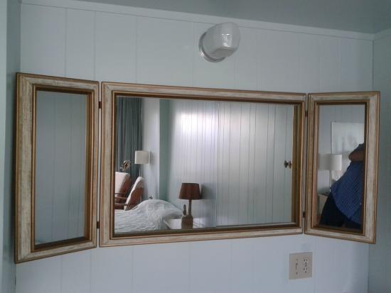 Le Faubourg : Vous avez toujours rêvé de vous regarder dans le miroir? Pourquoi LE miroir??? En voici 3