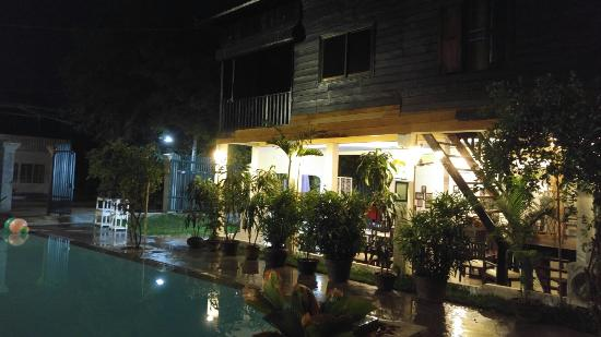 Royal Villa Angkor Hotel: Swimming pool at night