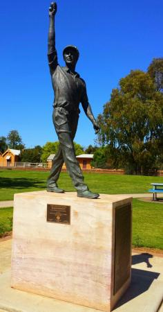 Glen McGrath Statue