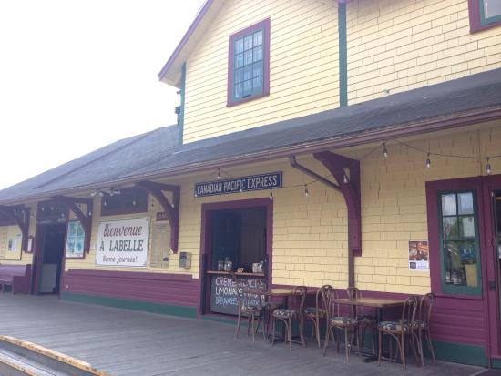 Labelle, Canadá: Sweetest renovated train station restaurant! Amazing onion rings and fries-they are cooked in du