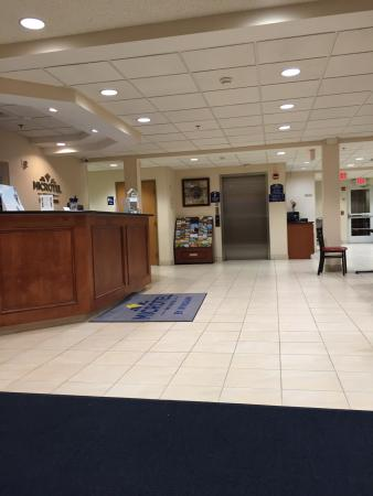 Microtel Inn & Suites by Wyndham Ann Arbor: Hotel Reception