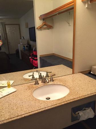 Resort City Inn: Sink area