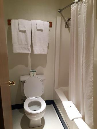 Resort City Inn: toilet and shower