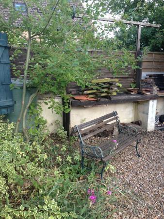le petit banc qui regarde le confortable salon de jardin ...