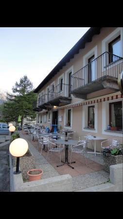 Mogno, Schweiz: Interno ristorante, camere, paesaggio e parte del percorso sensoriale