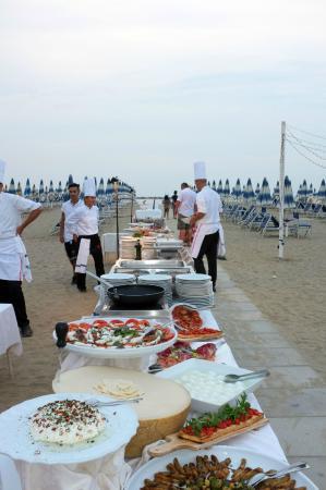 Grand Hotel Cesenatico: Buffet on the Beach