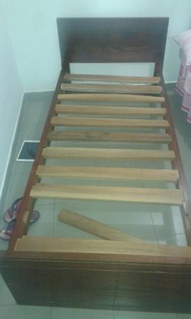 Mount Lavinia Home Stay: The bed. Half the broken slat was actually missing. A very uncompfrtable night, even on the othe