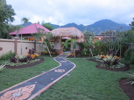 Taruna Homestay: Garden and Hills view
