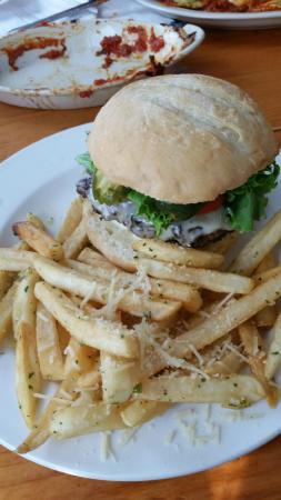 Northridge Inn: Burger with garlic fries