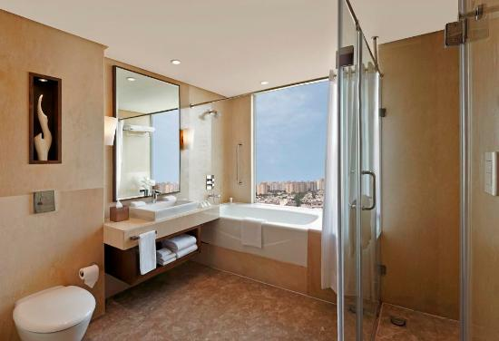 Hilton Garden Inn Gurgaon Baani Square: The bathroom of our Suite Rooms offer modern and luxurious amenities along with stylish fittings