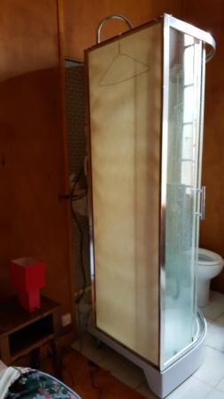 Realmont, Frankrike: Chambre douche déssolidarisée du mur avec tuyaux pendants