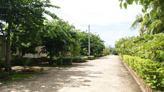 Baan Faa Talaychan: Bungalows, Road view