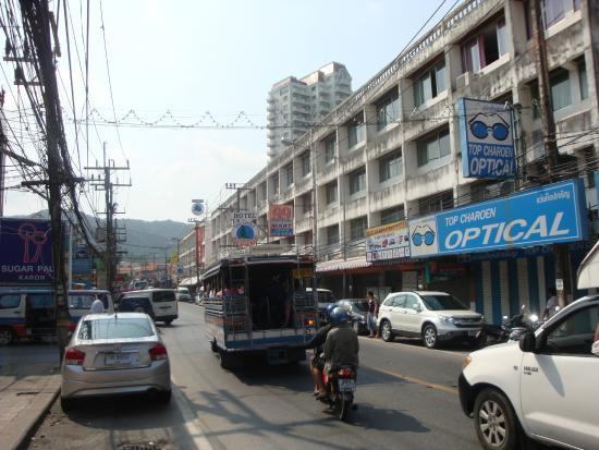 Malai House: Дорога рядом с отелем