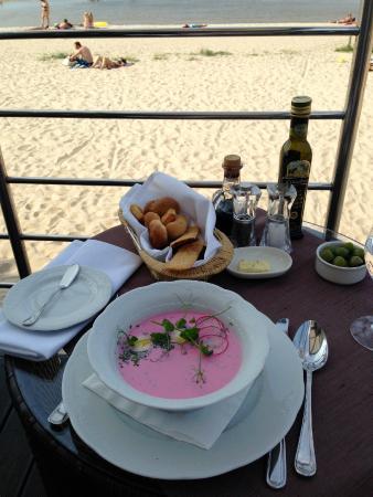 Прекрасный свекольный суп на кефире) и с видом на море))