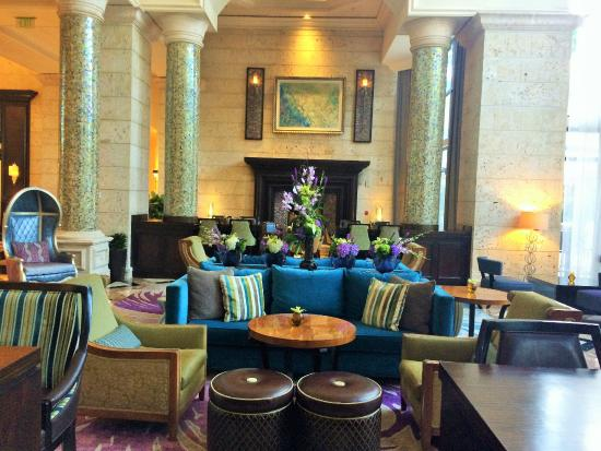 Lazuli Lounge: Lounge: Peacock colors