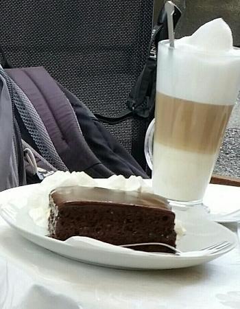 Cafè aida merano: Sacher con panna e latte macchiato