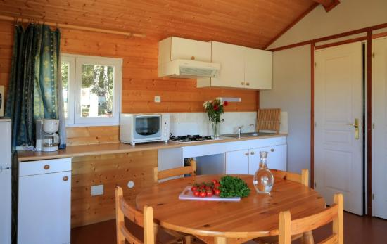 Coin cuisine, Chalet Edelweiss (5/7pers.) - Picture of Camping Les ...