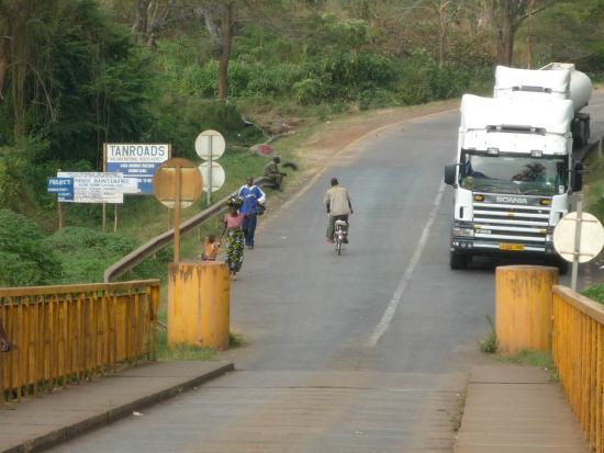 タンザニアとの国境の橋の真ん中...