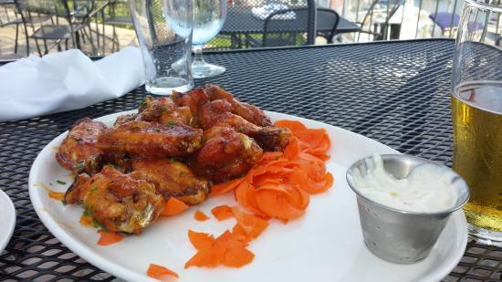 Harbor 22 Bar and Grill: wings