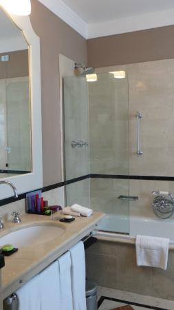 Grand Hotel et de Milan : The sink and shower