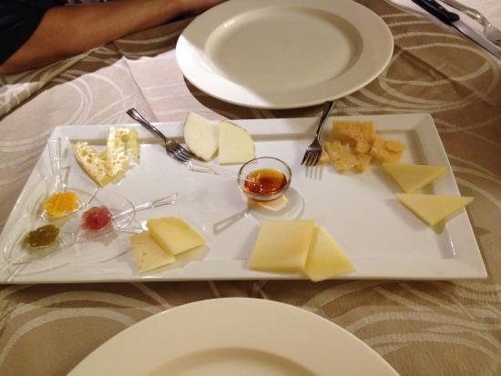Taverna del Boscaiolo: Assaggio di formaggi misti con miele e marmellatine