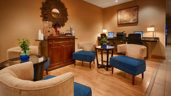 Best Western Plus University Inn: Beautiful Lobby Seating Area
