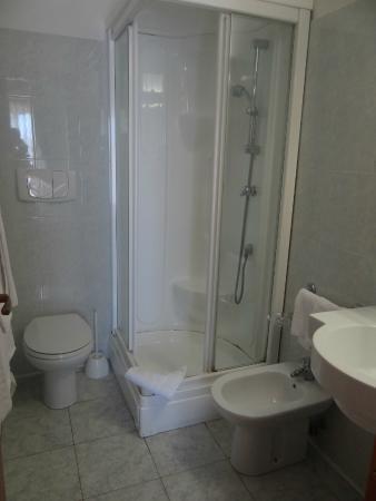Hotel Villa Belvedere: salle de bain modèle réduit...
