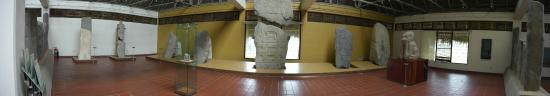 Zona Arqueologica La Venta: Una de las inmensas piezas en el interior del museo