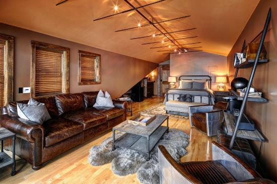 Skaneateles, Нью-Йорк: Lakeside Three featuring a Queen Bed, Private Terrace, and Comfortable Seating