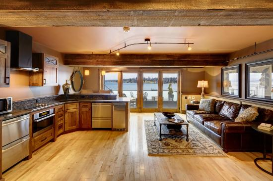 Skaneateles, Нью-Йорк: Lakeside Two Full Luxury Kitchen and Sitting Area