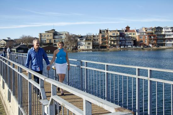 Skaneateles, estado de Nueva York: Couple Enjoying a Walk on the Pier