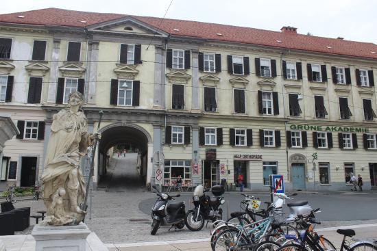 Dreifaltigkeitssaule: та самая Зеленая академия