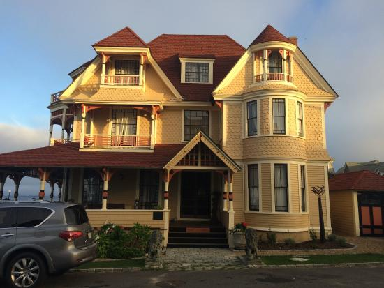 Oak Bluffs, MA: The Overton house directly across the street from The Inkwell.