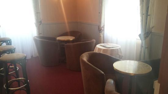Mets et Plaisirs: Fauteuil à côté du bar