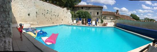 Salles-Lavalette, France: The beautiful pool