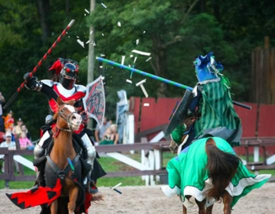 Manheim, Pensilvania: Knights and steeds clash in a battle of life and death.